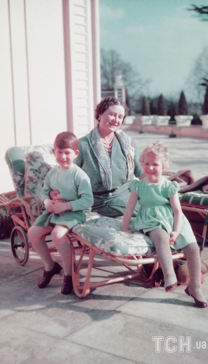 Єлизавета Боуз-Лайон з онуками Чарльзом та Анною