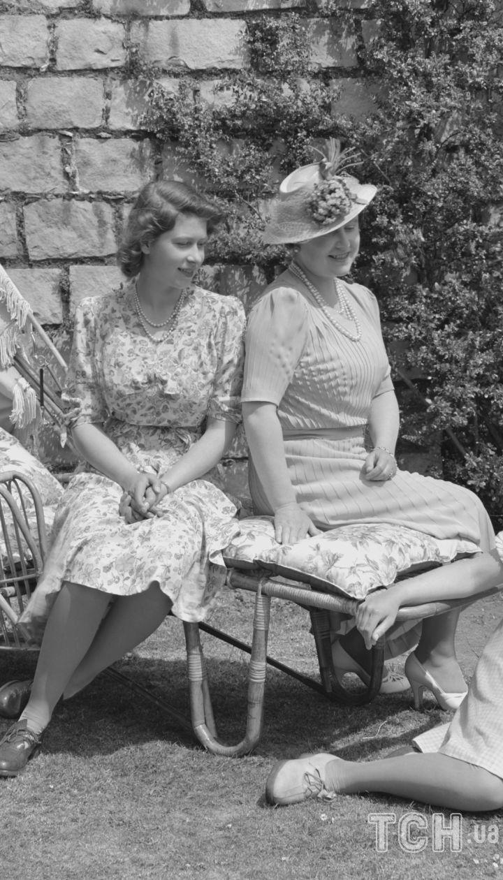 Єлизавета Боуз-Лайон з доньками Єлизаветою та Маргарет