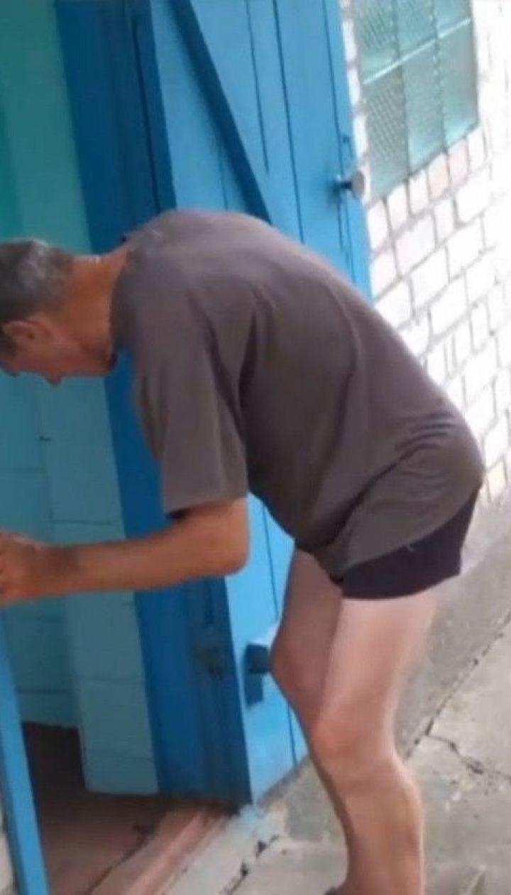 Супруги держали одинокого пожилого мужчину на цепи и получало за него пенсию