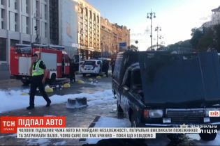 В центре столицы мужчина на глазах у прохожих и полиции поджег автомобиль