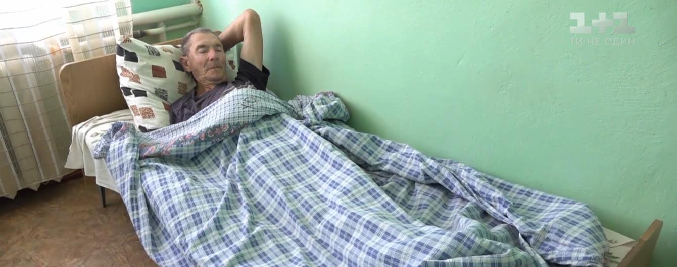 Чтобы не убегал из дома: в полиции Николаевской области рассказали, почему опекуны посадили на цепь 75-летнего дедушку