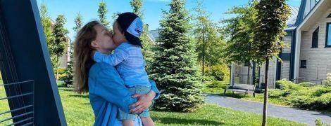 На відпочинку з сином: Олена Шоптенко похизувалася стрункою фігурою в купальнику