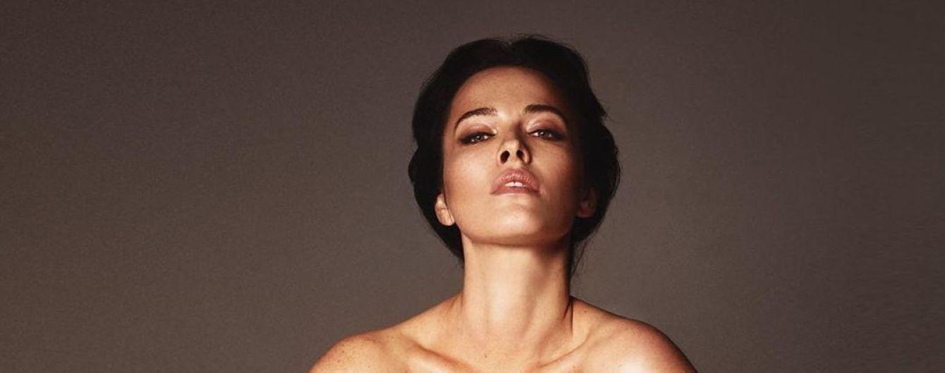 Розкута Даша Астаф'єва у плащі на голе тіло засвітила чималі груди
