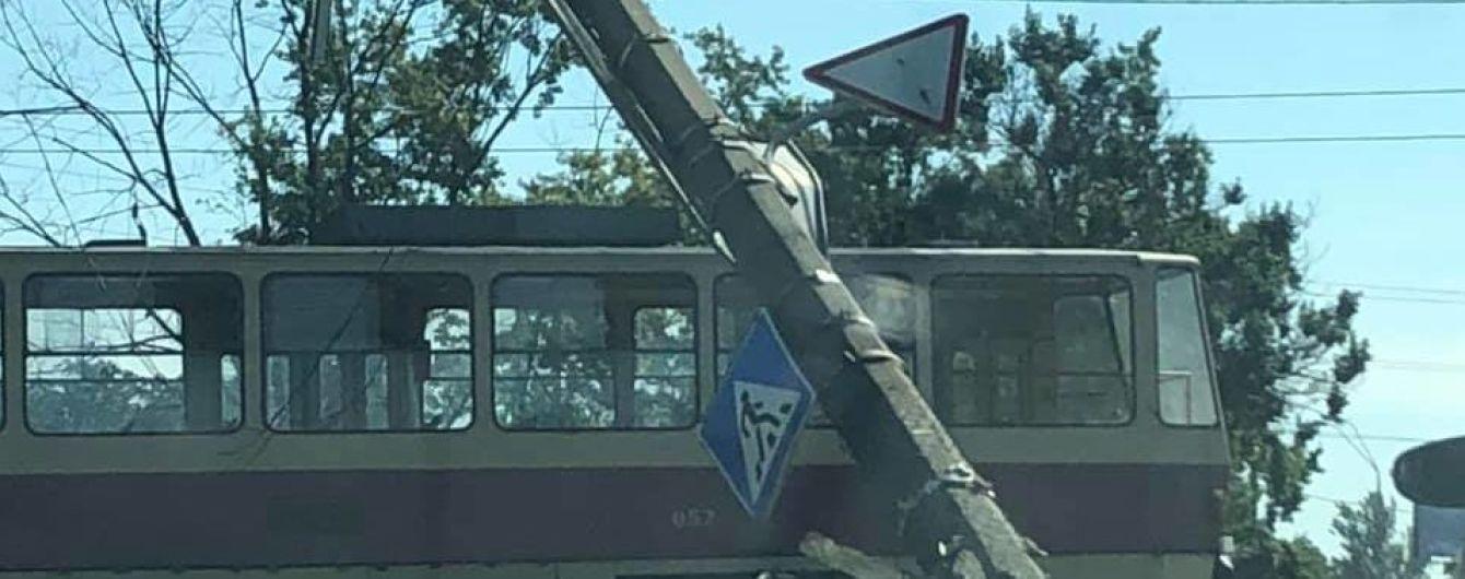 """У Києві стовп """"вирвало з корінням"""" та він завис на дротах над проїжджою частиною"""