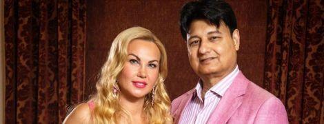 Камалія у грайливій рожевій сукні з пікантним декольте привітала чоловіка з 65-річчям
