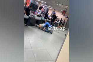 В одному з супермаркетів Запоріжжя охоронець повалив на підлогу агресивного покупця, який зірвав з себе маску