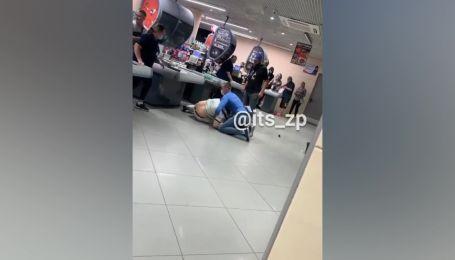 В одном из супермаркетов Запорожье охранник повалил на пол агрессивного покупателя, который сорвал с себя маску