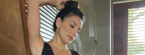 В черном купальнике с глубоким декольте: Ева Лонгория продемонстрировала похудевшую фигуру