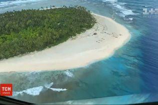 """Врятовані дивом: у Мікронезії з безлюдного острова визволили трьох моряків завдяки пісочному знаку """"SOS"""""""