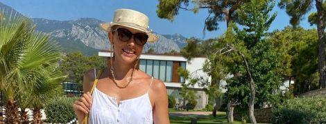 В білому сарафані і з великою плетеною сумкою: Катя Осадча показала свій пляжний лук
