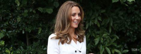 В белом платье и на каблуках: герцогиня Кембриджская в красивом образе посетила мероприятие в Шеффилде