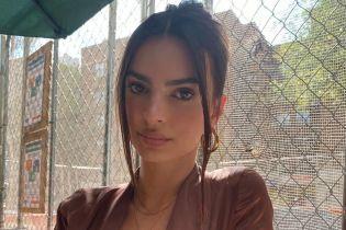 Похвасталась пышным бюстом: Эмили Ратажковски в сексуальном луке сходила в кафе