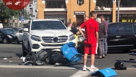 В центре Киева столкнулись несколько автомобилей и скутер, есть пострадавшие