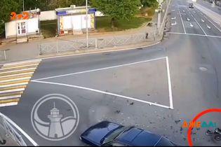 У Росії мотоцикліст летів дорогою на шаленій швидкості та врізався в автомобіль