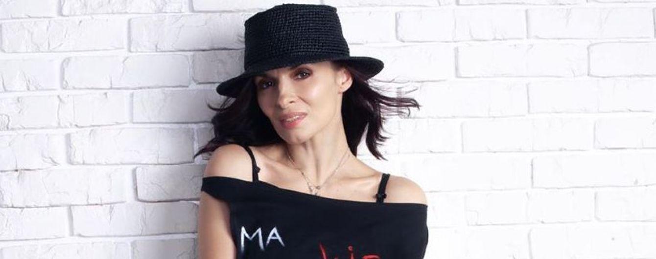 В пестрой юбке и красных лодочках: Надя Мейхер похвасталась эффектным аутфитом