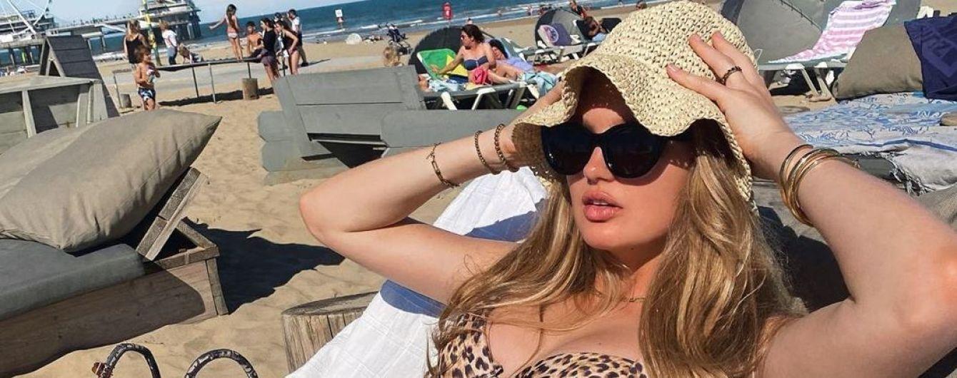 В леопардовом купальнике: беременная Роми Стридж нежится на пляже