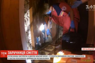 Заложница мусора: летнюю женщину зажало килограммами хлама в ее квартире