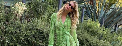 В короткій сукні та з сумкою Louis Vuitton: Ельза Госк продемонструвала стрункі ноги