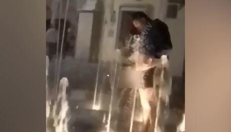 В центре Львова мужчина публично помыл свой половой орган в фонтане