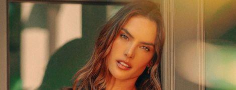 Струнка і зваблива: Алессандра Амбросіо золотим бікіні підкреслила сексуальне декольте