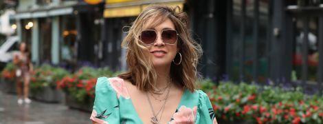 Надела тесное платье: Майлин Класс в новом образе подчеркнула декольте и складки на животе