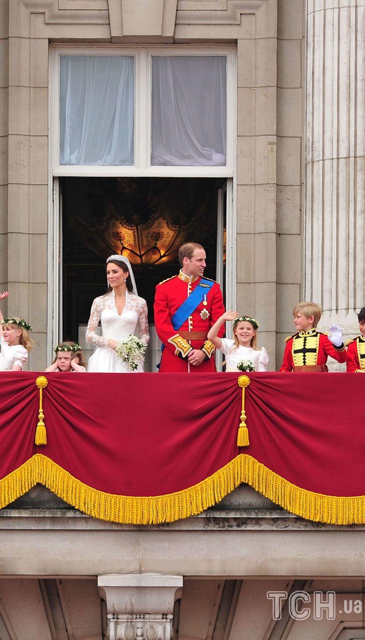 Королева Елизавета II на свадьбе старшего внука