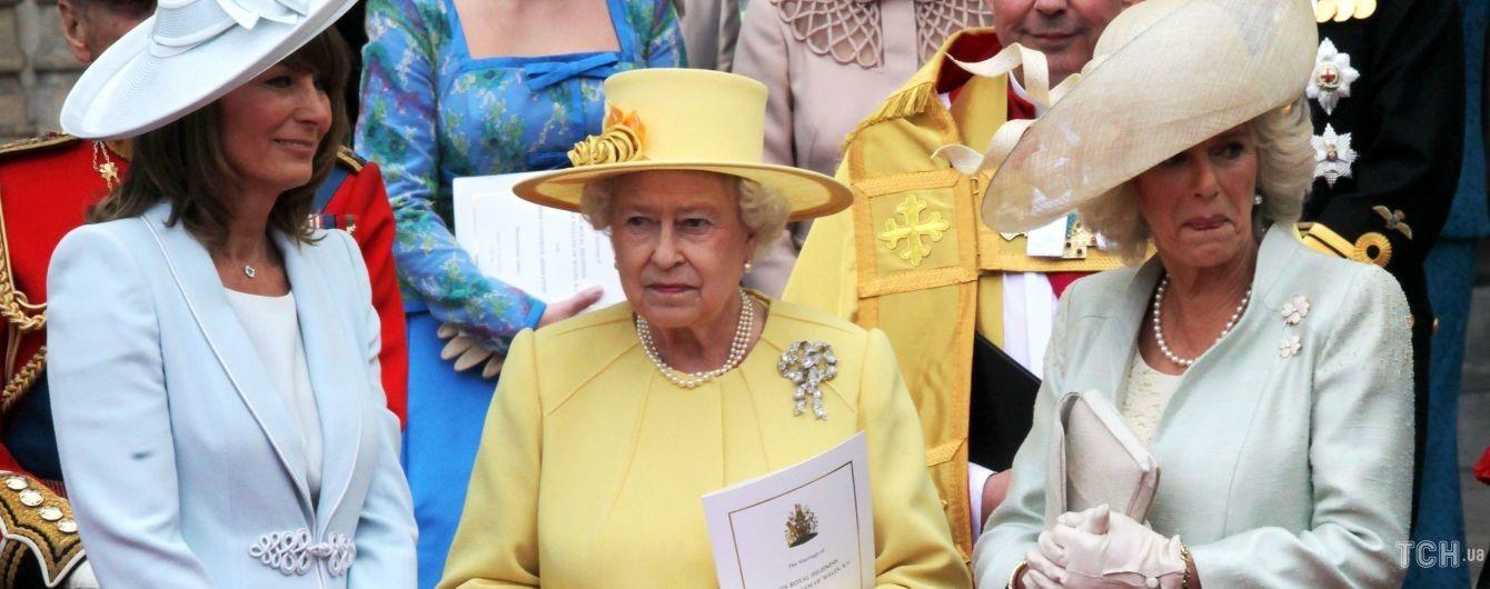 Королева, мы скучаем: вспоминаем 10 выходов Елизаветы II в желтых нарядах