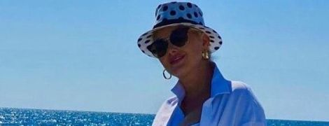 В кроп-топе с откровенным декольте и в гороховой шляпе: Екатерина Бужинская на морской прогулке