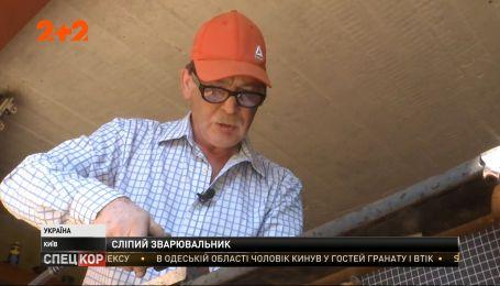 Видеть больше: как почти слепой киевлянин придумал видеоблог, в котором делится бытовыми лайфхаками
