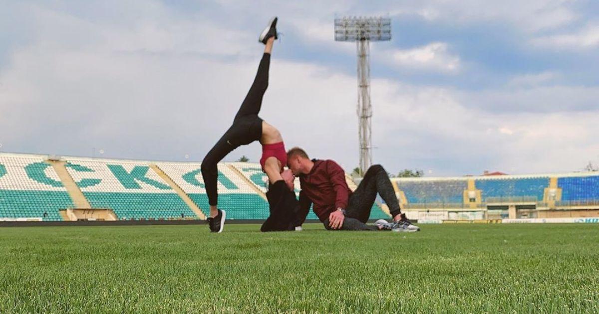 Стал на колено: украинский футболист сделал предложение любимой на стадионе своего клуба