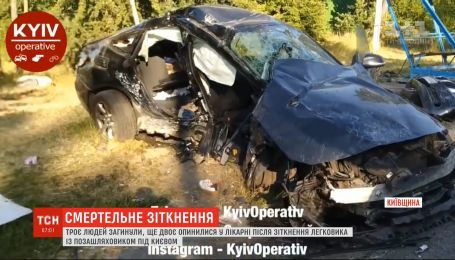 На Старообуховской трассе в результате столкновения легковушки с внедорожником погибли три человека