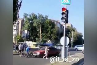 """Медленно шли: в Запорожье водитель ускорял пешеходов на """"зебре"""", толкая их бампером"""