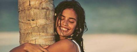 Принимает солнечные ванны: Сара Сампайо в купальнике отдыхает у бассейна