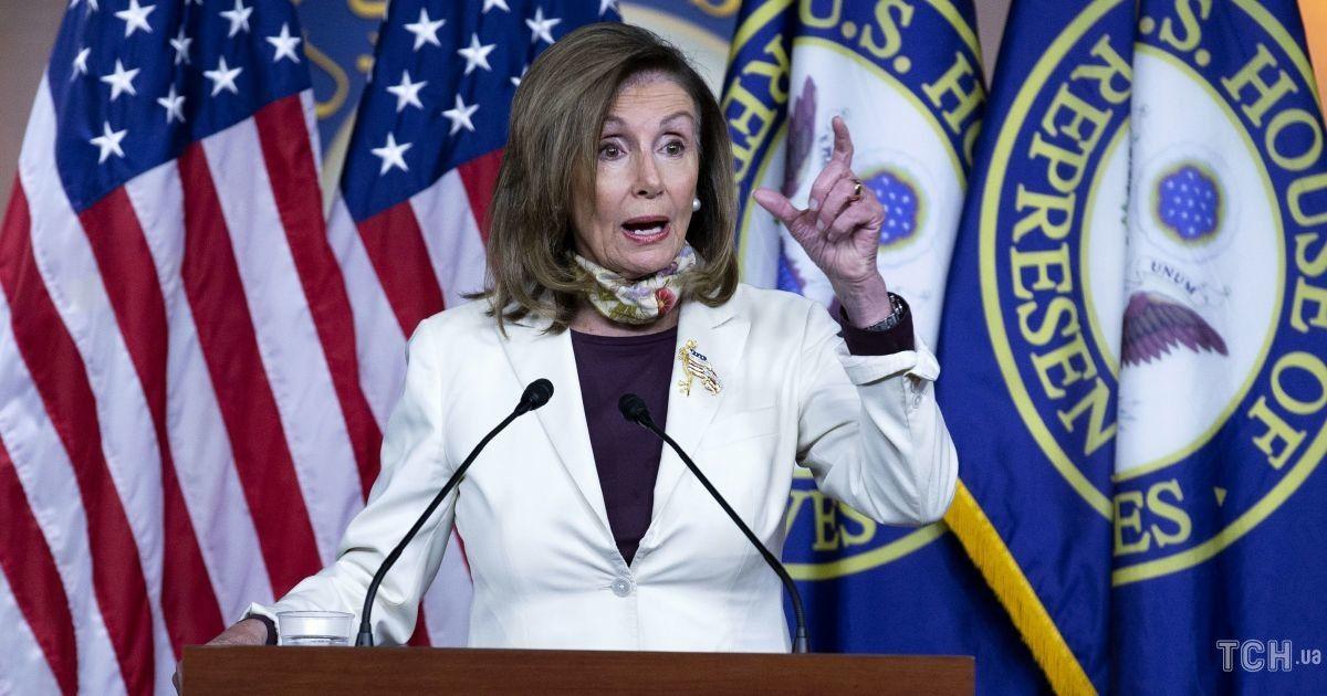 В белом костюме и цветочной маске: спикер палаты представителей США в классическом луке выступила перед журналистами