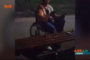 У Харкові чоловік на інвалідному візку посеред парку намагався перерізати собі вени
