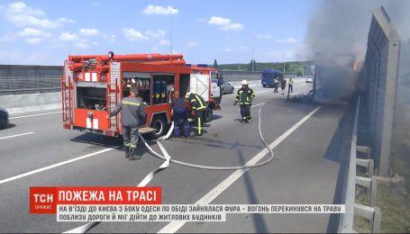 На въезде в Киев загорелась фура