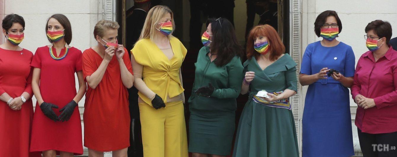 В разноцветных платьях и радужных масках: польские депутаты пришли на инаугурацию президента в ярких образах