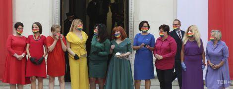 У різнокольорових сукнях і райдужних масках: польські депутатки прийшли на інавгурацію президента в яскравих образах