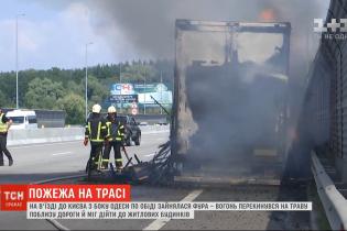 На трассе Киев-Одесса прямо во время движения загорелась фура