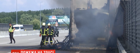 На трасі Київ-Одеса просто під час руху загорілася фура