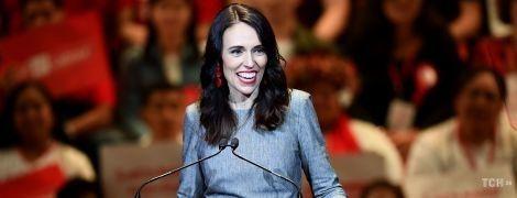 В обтягивающем платье и с красными серьгами: премьер-министр Новой Зеландии в эффектном образе появилась на вечеринке