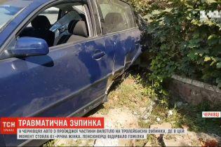 У Чернівцях авто вилетіло на зупинку, внаслідок чого пенсіонерці відірвало гомілку