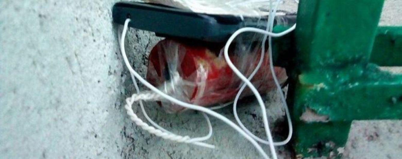 У центрі Києва біля офісу поліцейські знайшли вибуховий пристрій