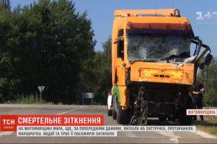 Четыре человека погибли после столкновения фуры и маршрутки в Житомирской области