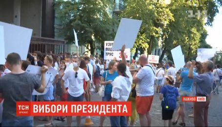 Від ранку під посольством Білорусі у Києві виникла черга з охочих віддати свій голос на виборах президента