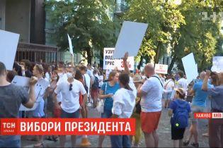С утра под посольством Беларуси в Киеве возникла очередь из желающих отдать свой голос на выборах президента