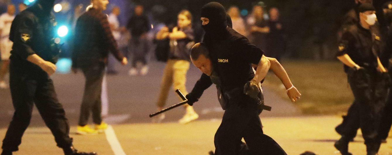 Водомети, сльозогінний газ, коктейлі Молотова та світло-шумові гранати: як минула в Білорусі друга протестна ніч