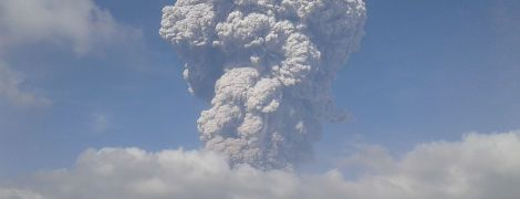 Столб дыма поднялся на несколько тысяч метров в небо: в Индонезии взорвался вулкан