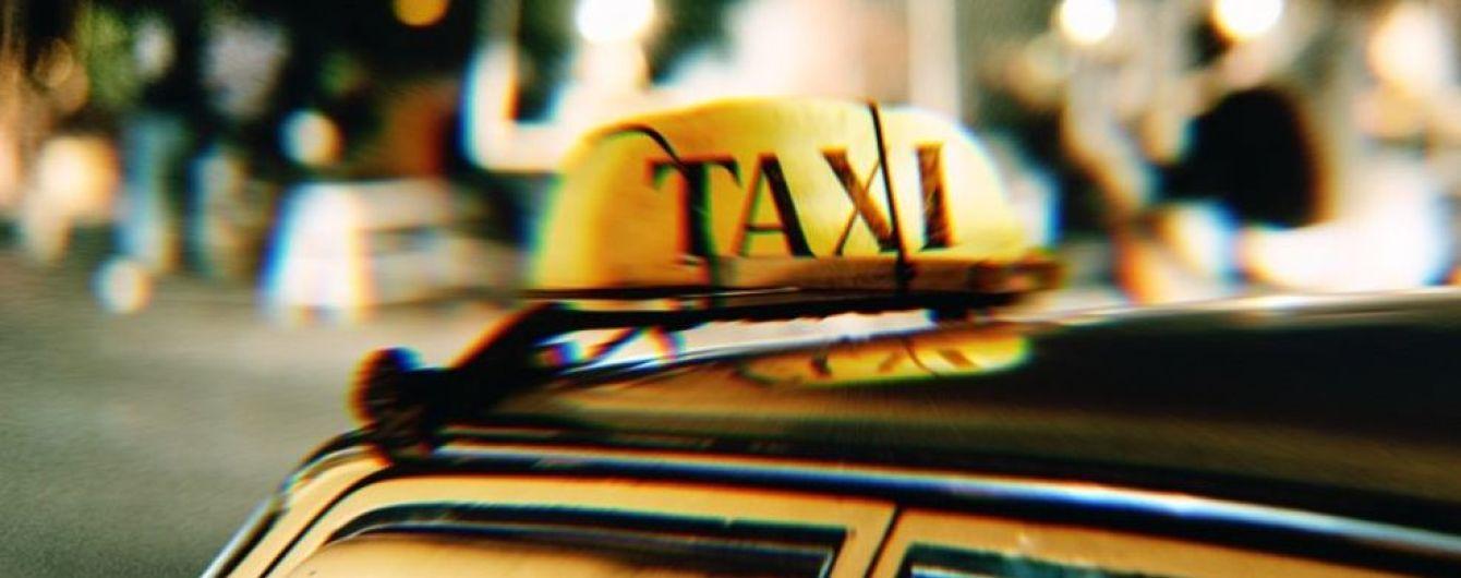 У Києві таксист в'їхав у відбійник з пасажиркою в салоні