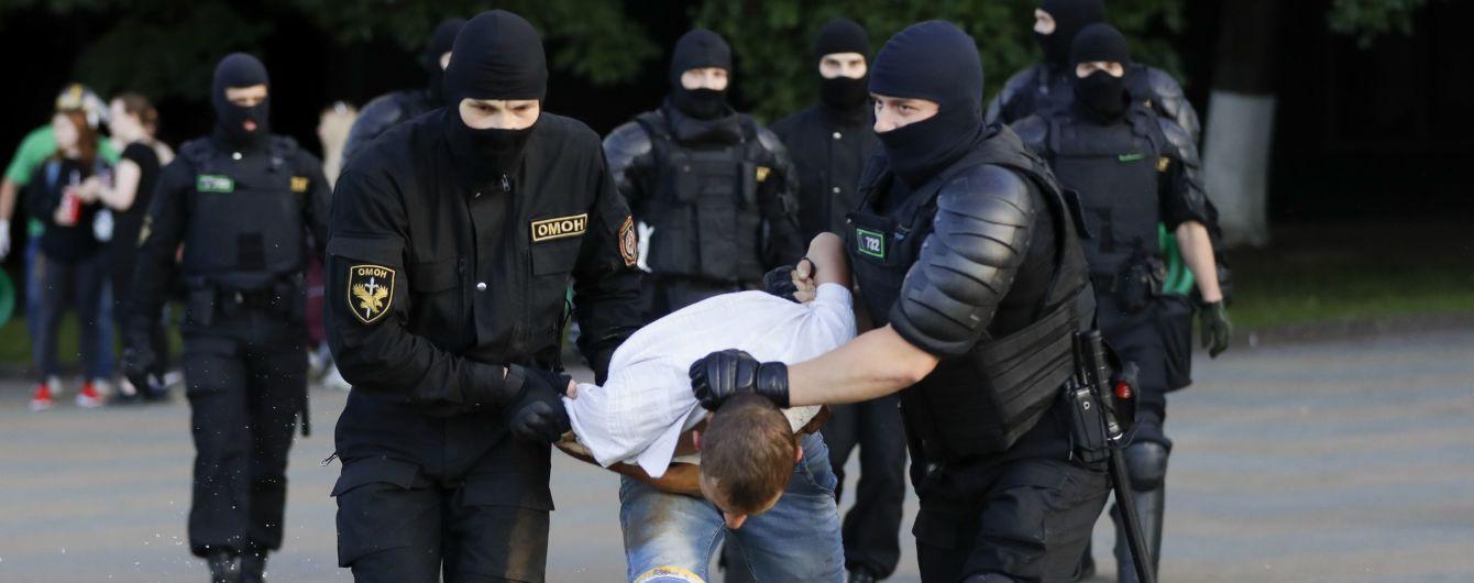 Держат на земле и бьют: как в Минске обращаются с задержанными протестующими